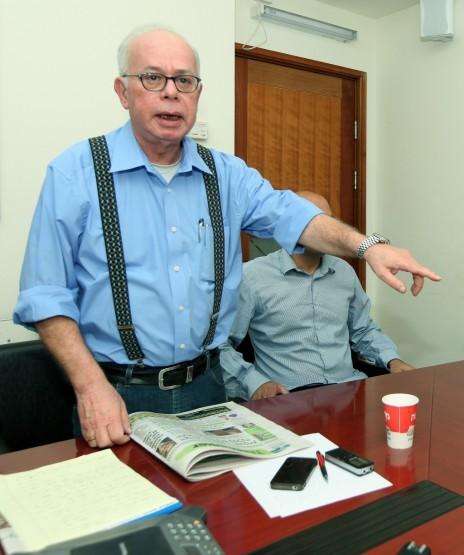 """העורך הראשי של """"ישראל היום"""" עמוס רגב, במשרדי העיתון (צילום: משה שי)"""