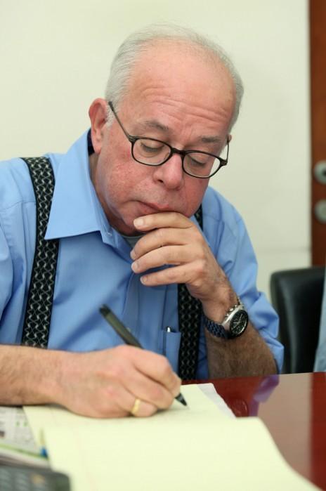 """עורך """"ישראל היום"""" עמוס רגב, אפריל 2012 (צילום: משה שי)"""