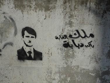 """גרפיטי ברחובות ביירות: """"מלך הג'ונגל רוכב על טנק"""" (צילום: חניבעל, רישיון cc)"""