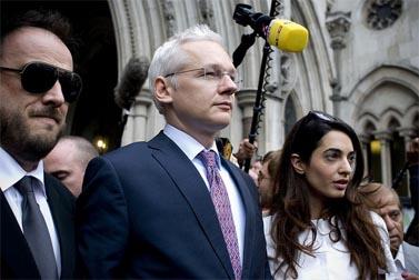 ג'וליאן אסאנג' יוצא מבית-המשפט בלונדון, 13.7.11 (צילום: אסידפולי, רישיון cc)