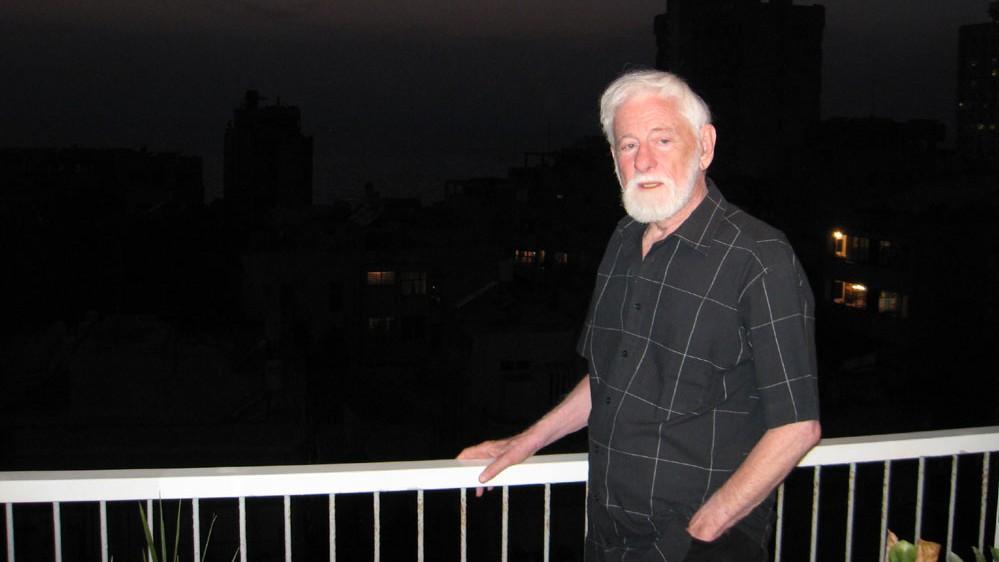 """אורי אבנרי במרפסת ביתו, מאי 2008 (צילום: א""""פ)"""