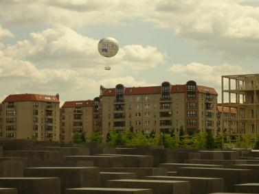 """כדור פורח עם שם העיתון """"די ולט"""" עליו, בשמי ברלין, מעל האנדרטה לזכר השואה (כריס צ'פמן, רישיון cc)"""