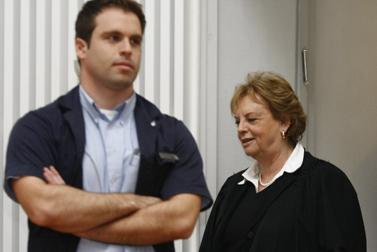 נשיאת בית-המשפט העליון דורית ביניש, אחרי שנפגעה בפניה מנעל שנזרקה לעברה. 27.1.10 (צילום: אביר סולטן)