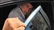 שלמה בניזרי, לשעבר חבר-כנסת, שר הבריאות ושר העבודה והרווחה, נכנס הבוקר למכונית בדרכו לריצוי עונש מאסר על עבירות שוחד (צילום: קובי גדעון)