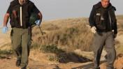 אנשי משטרה בחוף חופית דרומית לאשקלון, היכן שהתגלו חביות נפץ (צילום: צפריר אביוב)