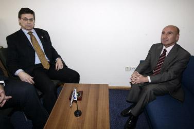 השגריר הטורקי אחמט אוגוז צ'ליקול (מימין) וסגן שר החוץ דני אילון, אתמול בלשכת הסגן בירושלים (צילום: אביר סולטן, פלאש 90)