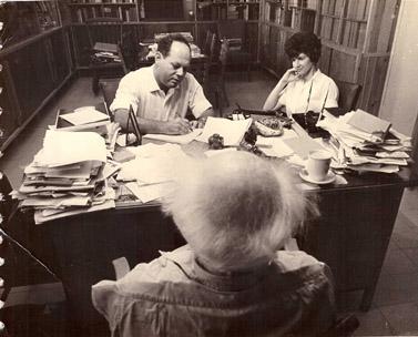 גולדשטיין מראיין את דוד בן-גוריון, בשנות ה-60. לצדו, אשתו רות (צילום: מיכה ברעם, באדיבות המשפחה)
