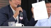 """נשיא אקוודור רפאל קוריאה מציג דו""""ח שבועי על פעילותו. 25.6.11 (צילום: דוברות הנשיאות, רשיון cc)"""