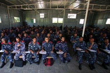 שוטרי חמאס שומעים שיעור באקדמיה לשוטרים על-שם יאסר ערפאת בעזה, אתמול (צילום: ויסאם נסאר)