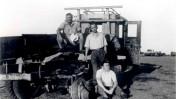 גבריאל צפרוני (יושב על הקרקע) ליד משאית שמוקשה בדרך שבין כפר-סבא לקיבוץ רמת-הכובש, 1938. עומד: אריה דיסנצ'יק (צילום: שריה שפירא, באדיבות בתו, תאירה. לחצו להגדלה)