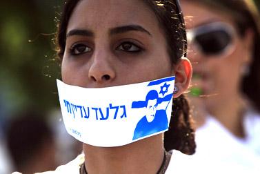 מפגינה לפני כלא אשקלון, 25.8.09 (צילום: צפריר אביוב)