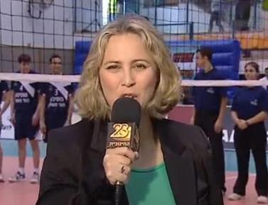 מורן ברק משדרת כדורעף בטלוויזיה החינוכית (צילום מסך)