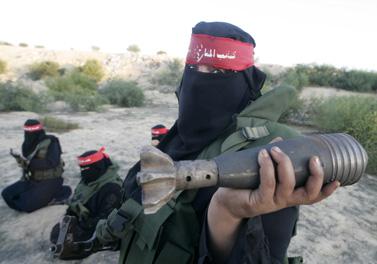 חברה בארגון הטרור החזית-העממית במהלך אימון צבאי בחאן-יונס, אתמול (צילום: עבד רחים כתיב)