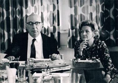 """עם פנחס ספיר בבית """"דבר"""", 1973 (לחצו להגדלה)"""