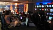 """אנשי חברת החדשות של ערוץ 10 בעבודה (צילום: """"העין השביעית"""")"""
