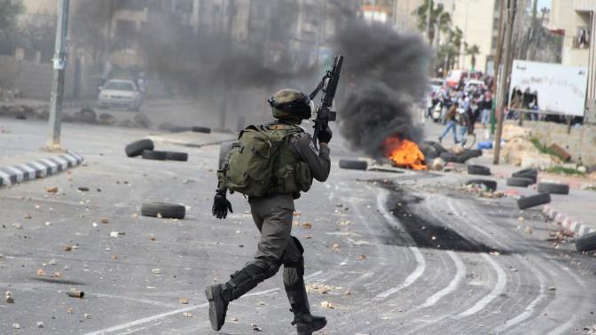 עימותים בין פלסטינים לכוחות הביטחון סמוך למחנה עופר שליד רמאללה, אתמול (צילום: עיסאם רימאווי)