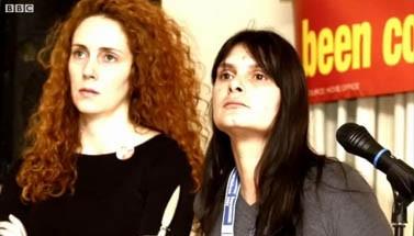שרה פיין (מימין) ורבקה ברוקס (צילום מסך: BBC)