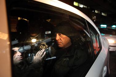 פיני כהן, שהשליך נעליים על נשיאת בית-המשפט העליון דורית ביניש, נלקח לחקירה על-ידי המשטרה. אתמול בירושלים (צילום: יוסי זמיר)
