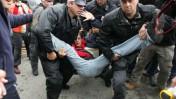 שוטרים עוצרים משתתף בהפגנת ארגוני שמאל נגד ההתנחלויות, שלשום בירושלים (צילום: פלאש 90)