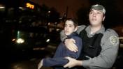 """שוטר מג""""ב אוחז בנער, אחד מקבוצה שניסתה לחסום אתמול את הכניסה לירושלים במחאה על הקפאת הבנייה בהתנחלויות (צילום: אביר סולטן)"""