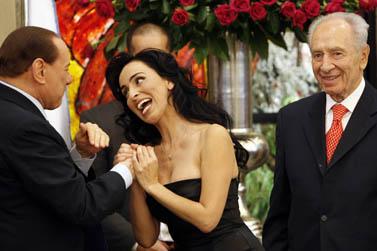 מימין: נשיא ישראל שמעון פרס, הזמרת ריטה וראש ממשלת איטליה סילביו ברלוסקוני. אתמול בירושלים (צילום: מרים אלסטר)