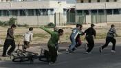 ילדים רצים לתפוס מחסה בעת התקפת קסאם, אתמול בשדרות (צילום: אנה קפלן)