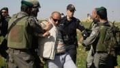 צלם העיתונות אחמד שיוכי נעצר בידי כוחות הביטחון, 2.2.2013 (צילום: AP)