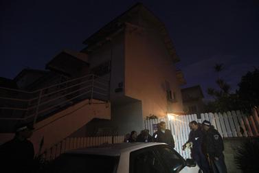 """שוטרים מחוץ לבית משפחת סודמי בבני-עי""""ש, 1.1.10 (צילום: צפריר אביוב)"""