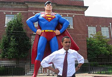 סנאטור ברק אובאמה ליד פסל סופרמן במטרופוליס, אילינוי. אוגוסט 2006 (צילום: אתר הסנאט)