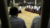 עורכי-דינם של עצורי המשט הישראלים מתפללים מחוץ לבית-המשפט, אתמול באשקלון (צילום: צפריר אביוב)