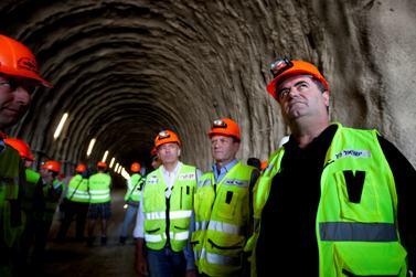 שר התחבורה ישראל כץ במנהרה שבה תעבור הרכבת בקו ירושלים–תל-אביב (צילום: דוד ועקנין)