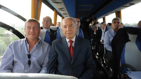 """נשיא המדינה שמעון פרס ויו""""ר IDB נוחי דנקנר, 12.01.10 (צילום: משה מילנר, לע""""מ)"""