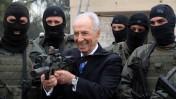 """נשיא המדינה שמעון פרס, בעת ביקור ביחידה למלחמה בטרור (צילום: עמוס בן-גרשום, לע""""מ)"""