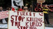 הפגנה ישראלית מול שגרירות טורקיה בתל-אביב, יולי 2010 (צילום: גילי יערי)