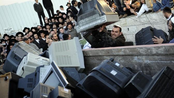 """טקס השלכת """"טמבלוויזיות"""", אתמול בירושלים (צילום: יואב ארי דודקביץ')"""