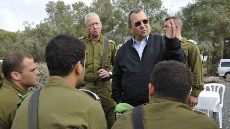 אלוף פיקוד דרום יואב גלנט ושר הביטחון אהוד ברק, 29.12.09 (צילום: אריאל חרמוני/משרד הביטחון)