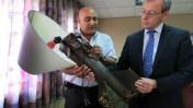 ראש עיריית שדרות, דוד בוסקילה, מציג בפני שגריר אירלנד בישראל, ברייפני אוריילי, מנורה עשויה רקטה שנורתה מרצועת עזה (צילום: צפריר אביוב)