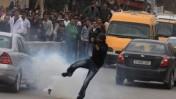 פלסטיני בועט ברימון גז, אתמול, ליד רמאללה (צילום: עיסאם רימאווי)