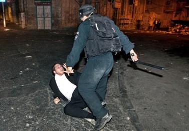 חרדי ושוטר, אמש בירושלים (צילום: מתניה טאוסיג)