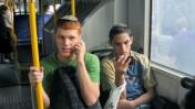 נערים משתמשים בטלפונים ניידים (צילום: Serge Attal)