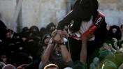 שוטר אוחז בחרדי, אתמול בירושלים (צילום: קובי גדעון)