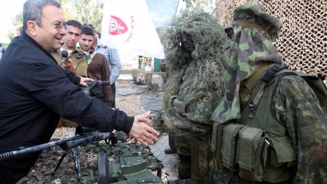 שר הביטחון אהוד ברק מבקר בבסיס קליטה ומיון (צילום ארכיון: רוני שיצר)