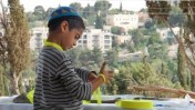 ילד עונד סרט צהוב על ידו לאות הזדהות עם גלעד שליט (צילום: רחל קרוטי)
