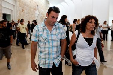 השוטר שחר מזרחי ואמו רבקה בצאתם מבית-המשפט (צילום: דוד ועקנין)