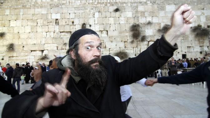יהודי חוגג את החנוכה ברחבת הכותל המערבי, השבוע (צילום: אורן נחשון)