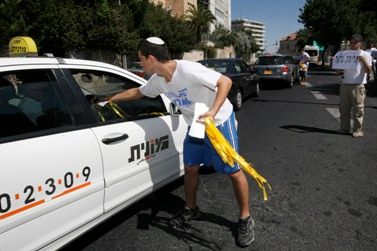 חלוקת סרטים צהובים למען שחרור גלעד שליט, ספטמבר 2009 (צילום: מרים אלסטר)