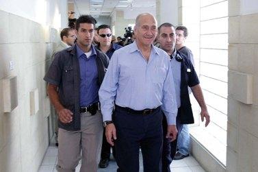 אהוד אולמרט בחולצה בצבע תכלת ומכנסיים כחולים, ללא ז'קט (צילום: עמית שאבי)
