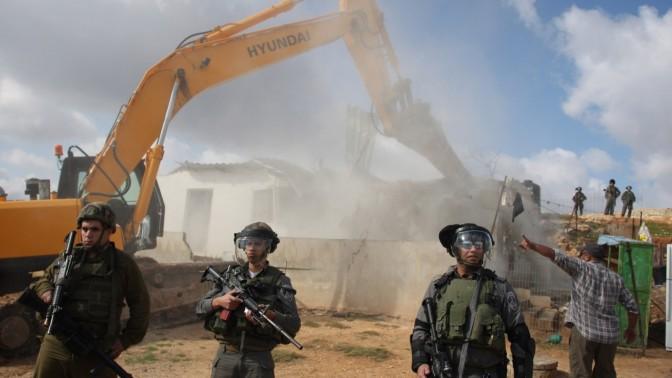 חיילים שומרים על דחפור ההורס מבנה בלתי חוקי בבית-חנינה, 24.11.11 (צילום: עיסאם רימאווי)