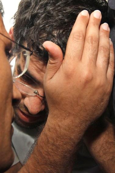 דניאל מעוז, החשוד ברצח הוריו, מתייעץ עם עורך-דינו אריאל עטרי. שלשום (צילום: אורן נחשון)