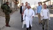 """חייל צה""""ל שומר על מתפללים יהודים בחברון, אתמול (צילום: נאג'ה השלמון)"""